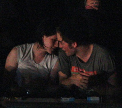 kristen_stewart_robert_pattinson_caught_kissing