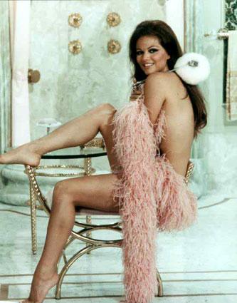 Claudia Cardinale con piume